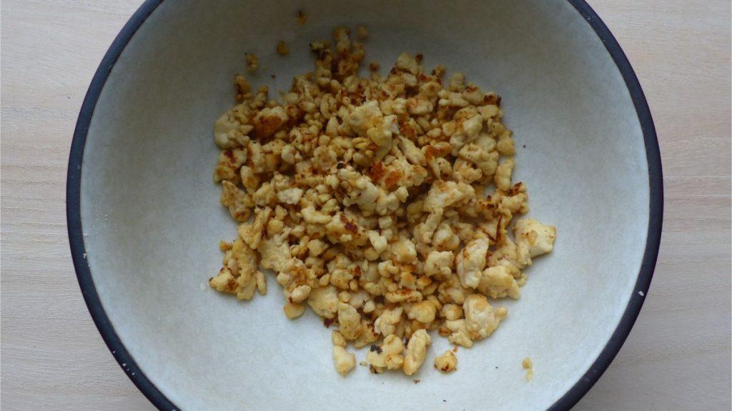 豆腐エッグをお皿に移す