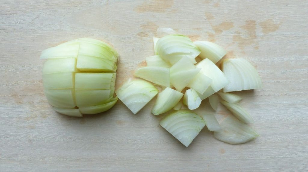 玉ねぎを食べやすい大きさに切る