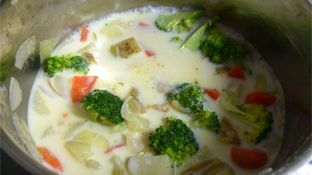 鍋にブロッコリー、塩、ブイヨンを入れ、やや強火にかける