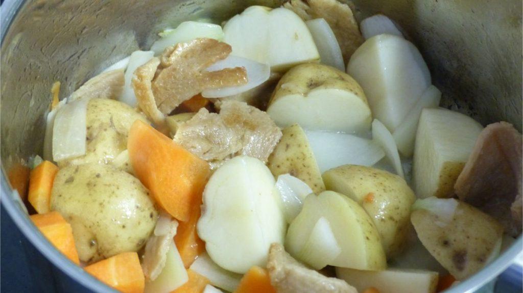 鍋にじゃがいも、にんじん、玉ねぎを入れ軽く炒める