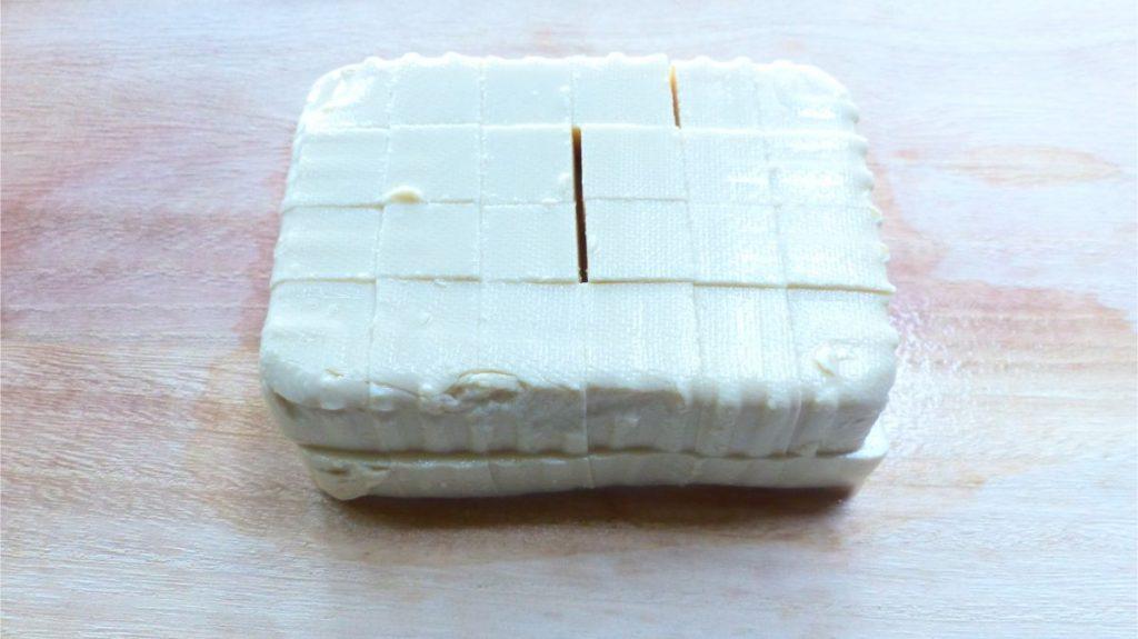 豆腐を1.5~2cm角に切っておく