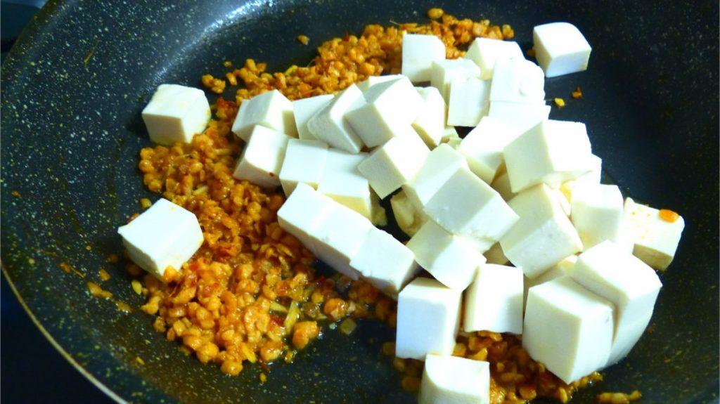 香ばしい匂いが出たら豆腐を入れる