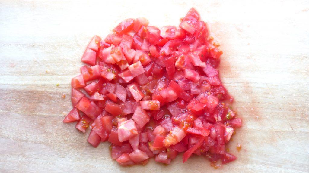 トマトを約1cm角に切る