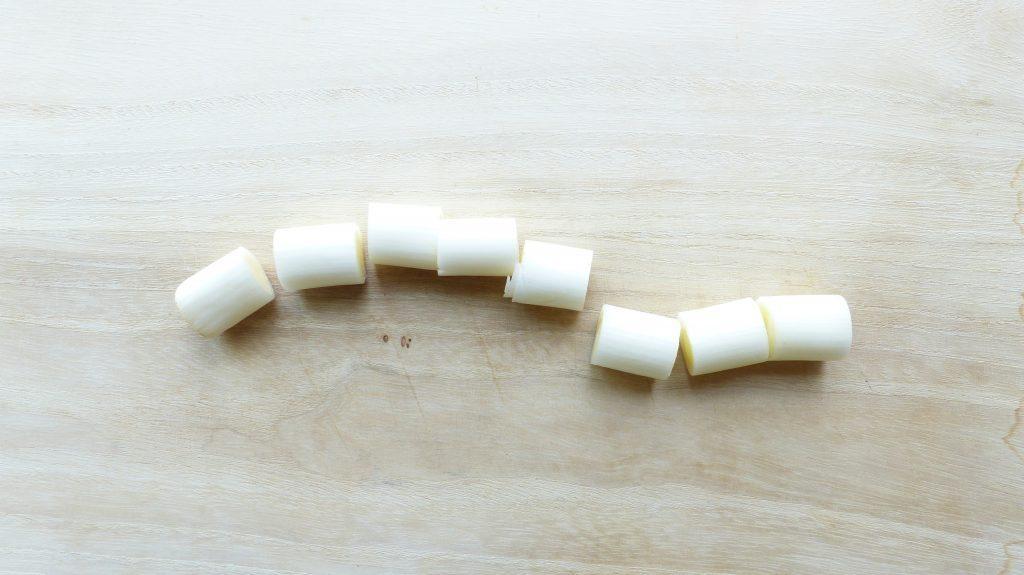 長ネギを約3~4cmの幅で8等分に切る