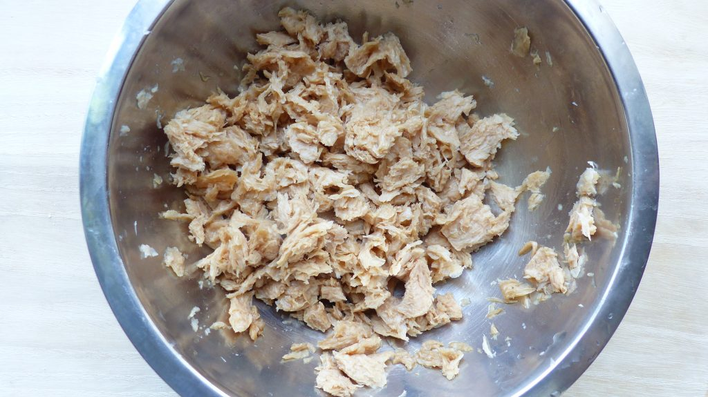 大豆ミートを細かくちぎり、醤油で下味をつける