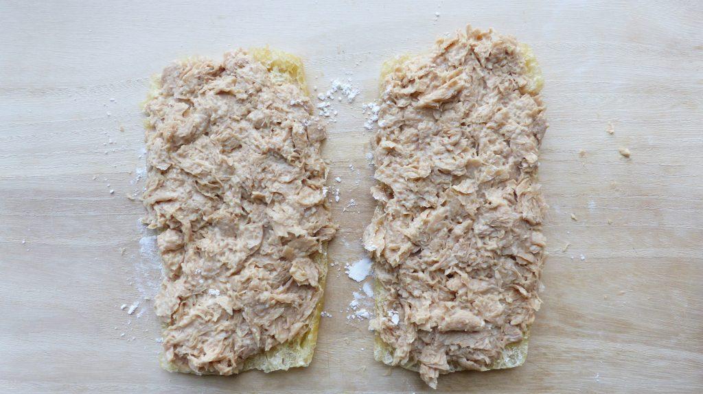 油揚げの上に大豆ミートをのせてステーキの形に成型する