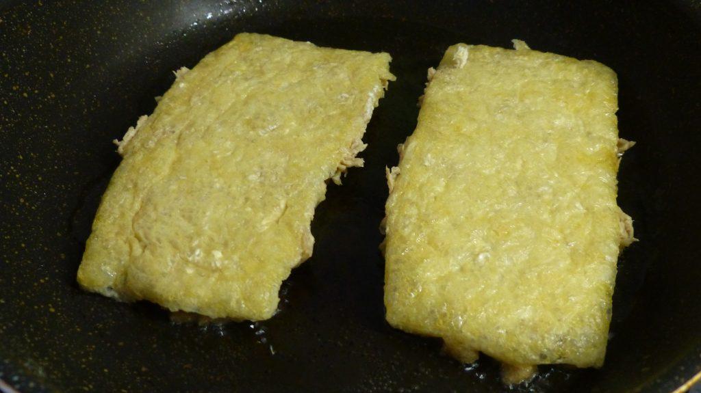 フライパンに油を引き、ステーキを焼く