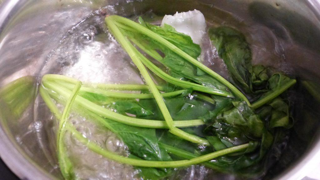 チンゲン菜とほうれん草を塩茹でにする