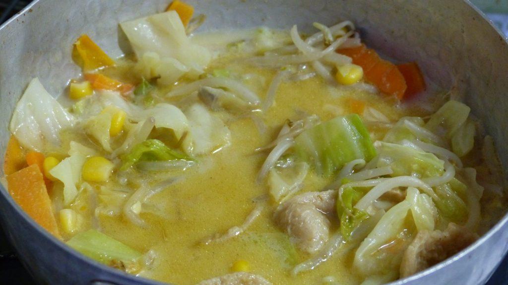 豆乳・すりゴマ・野菜ブイヨン・醤油を入れスープを作る
