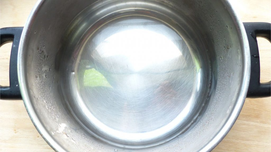 鍋に熱湯を張る