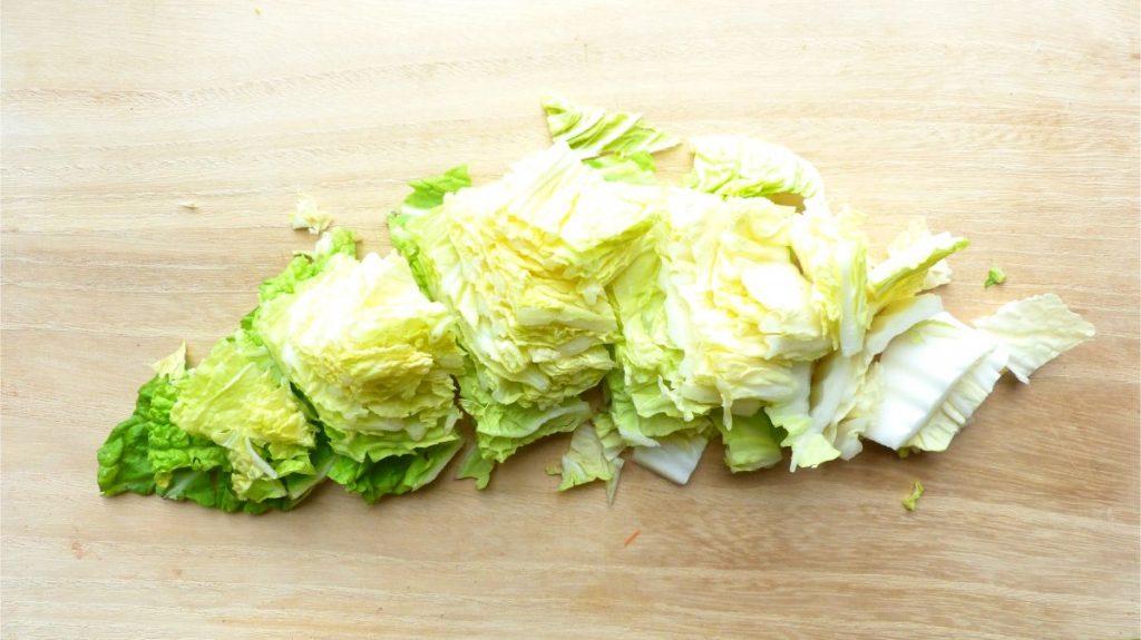 白菜を食べやすい大きさに切る