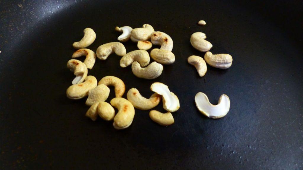 木の実を炒る