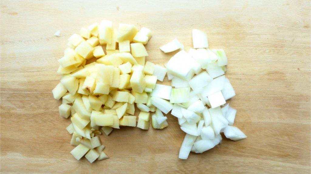ジャガイモと玉ねぎを細かく切る