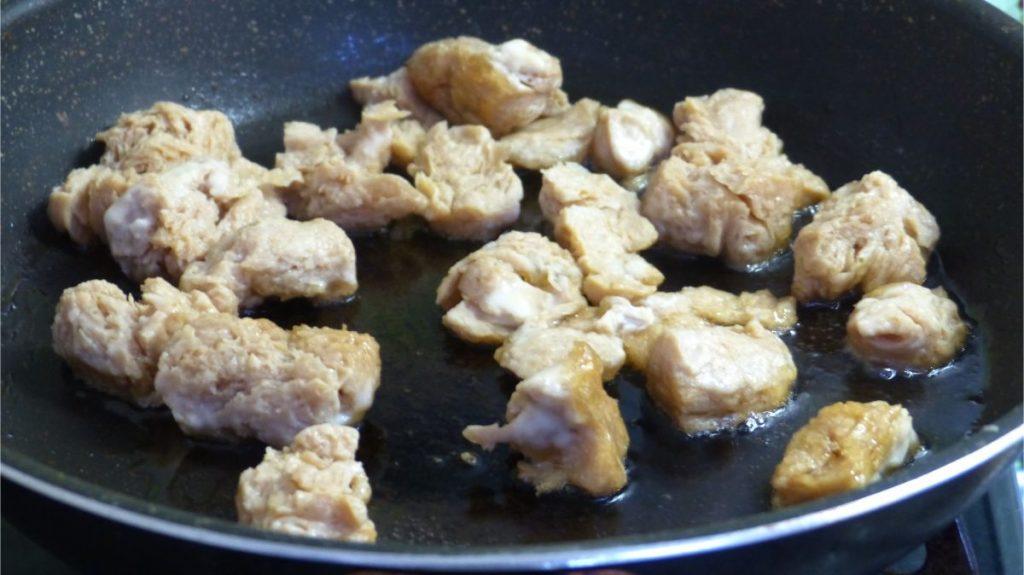 フライパンに油を引き、大豆ミートを揚げ焼きする