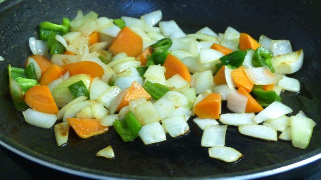 一旦大豆ミートを取り出し、野菜を入れてしっかり炒める