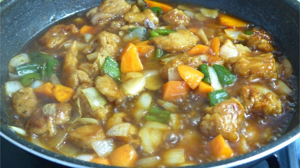 甘酢ダレと大豆ミートを加えてとろみがつくまで煮立たせる