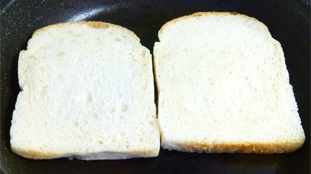 食パン2枚に焼き目をつける
