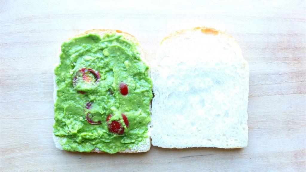 ワカモレは片方の食パンにのせ、サンドする