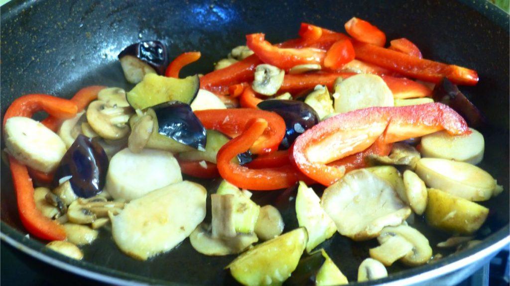 フライパンにオリーブオイルを引き、キノコと野菜を炒める