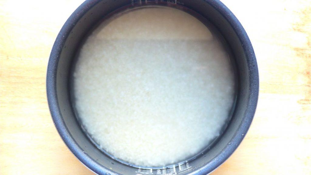 お米を研ぎ水300mlを加える