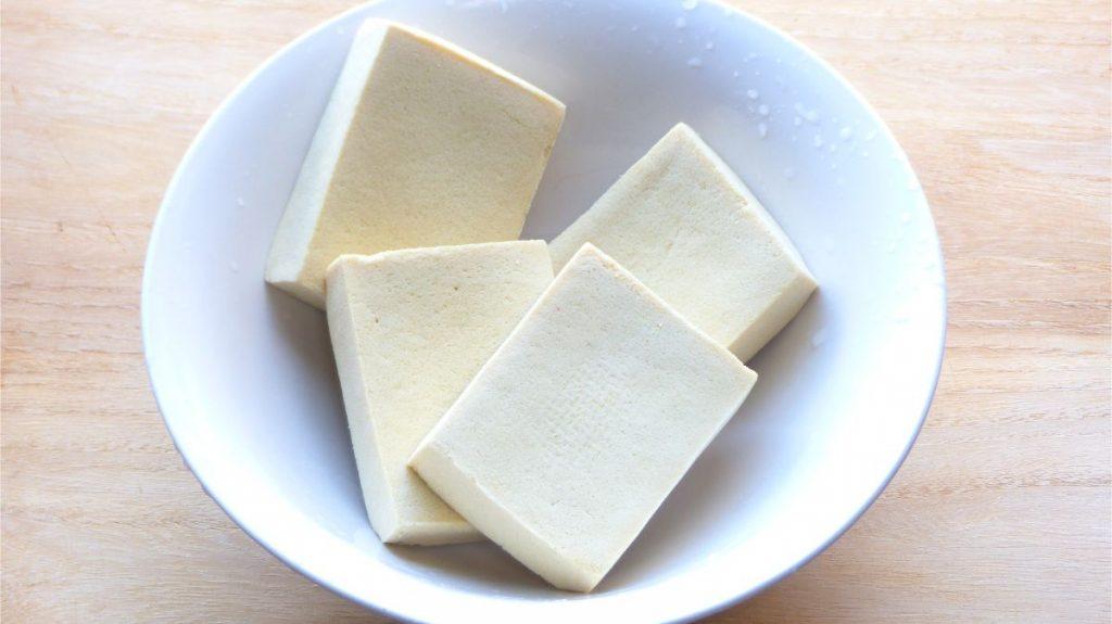 高野豆腐の水気を切る