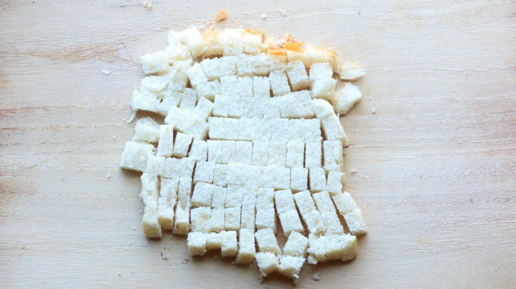 食パンを約1cm角に切る
