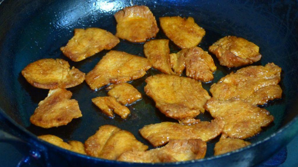 オリーブオイルを引き、大豆ミートを焼いてベーコンを作る